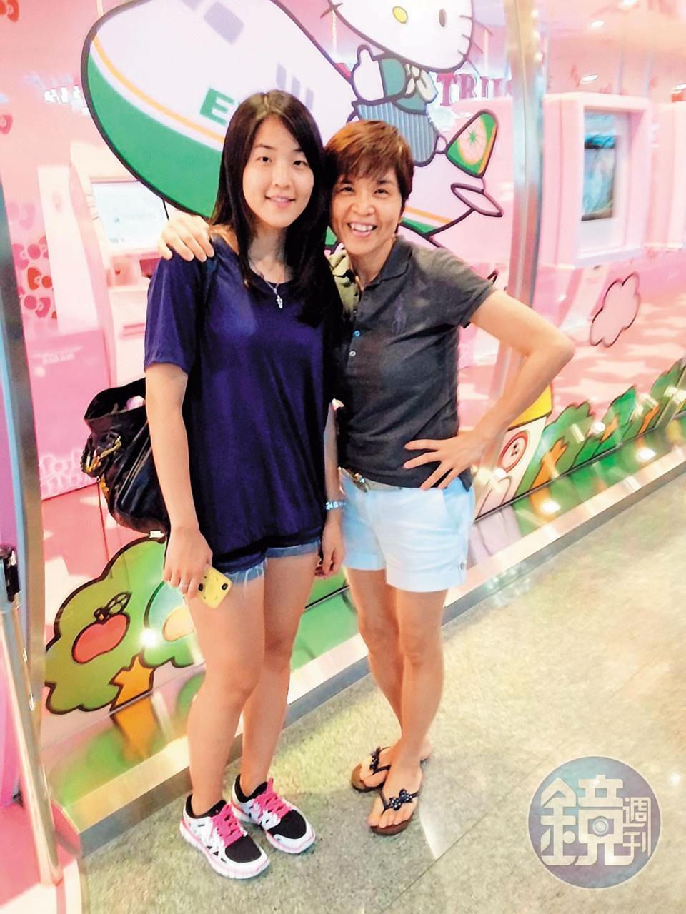 楊宇晨(左)過去常和父母出遊玩樂,沒想到如今卻遭父母拋下,獨自一人關押在牢籠中。(翻攝臉書)