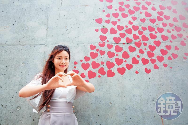 「國旗妹」章梓薰曾經跟韓國瑜合照,她說市長合照時手一直抖,可能是看到美女太緊張了。
