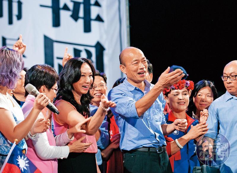 自稱庶民的韓國瑜(右3),有一位很不庶民的「賢內助」李佳芬(左3)。