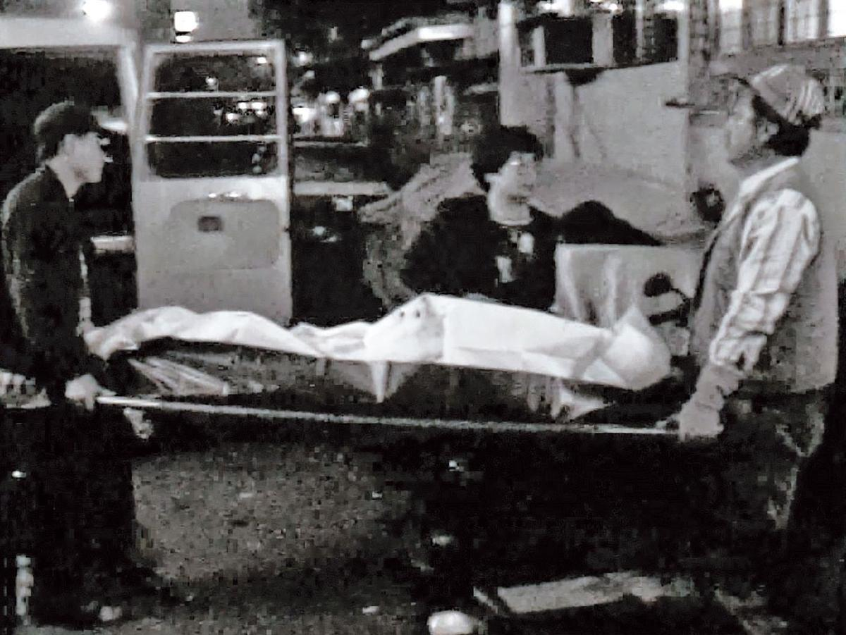 于珊珊遭狠刺22刀喪命,遺體被抬出案發現場。(東森新聞提供)