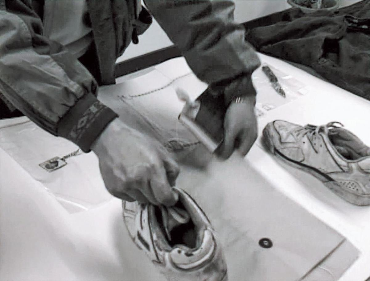 凶手的鞋子與命案現場的血腳印吻合,成為警方破案關鍵。(東森新聞提供)