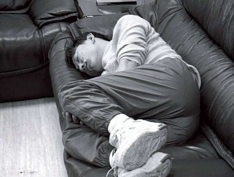 杜漢成遭逮後,竟安穩地躺在警局椅子上呼呼大睡。(東森新聞提供)