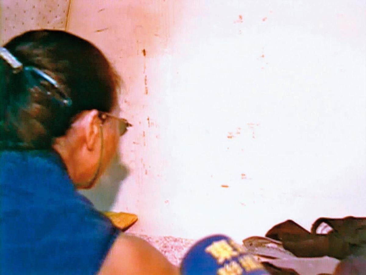 鑑識人員到案發現場採證,發現牆面留有不少血跡。(東森新聞提供)