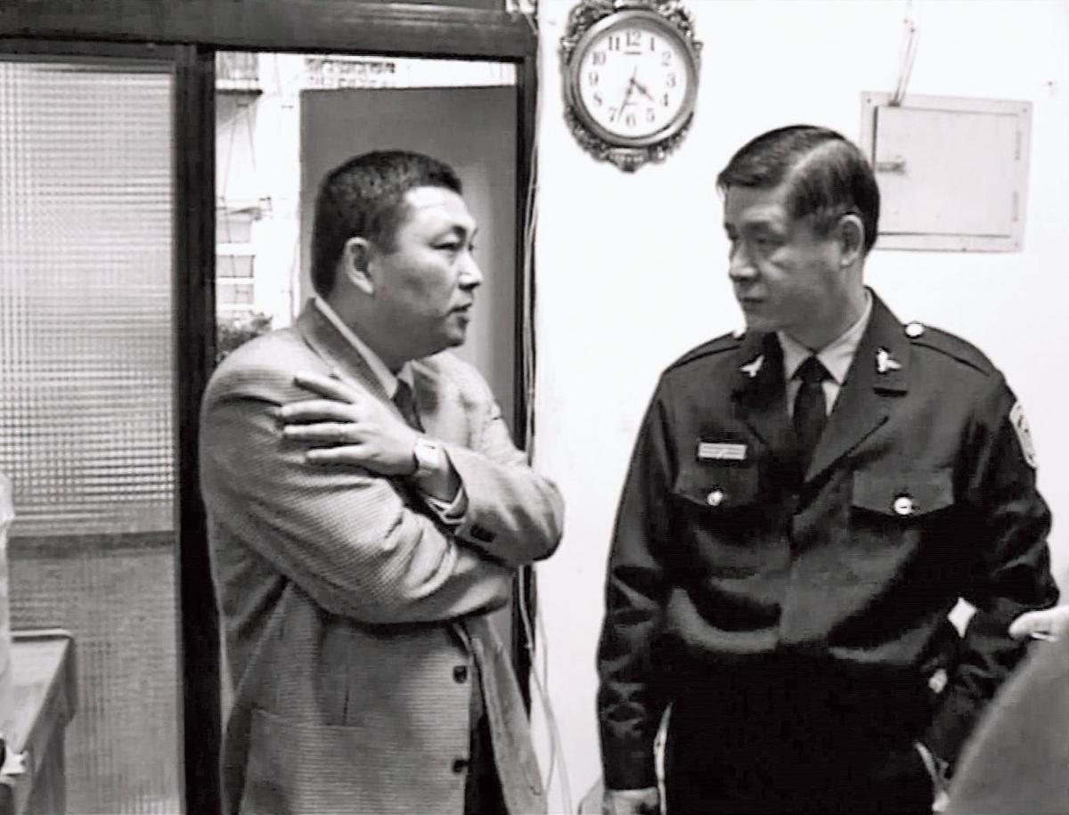 滅門血案發生後,時任台北市刑警大隊大隊長的侯友宜(左)特別到現場指揮。(東森新聞提供)