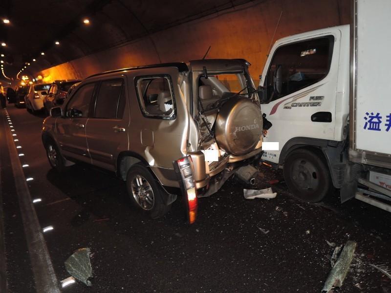 國道6號東行線國姓1號隧道18.9K發生7部車追撞事故。(翻攝畫面)