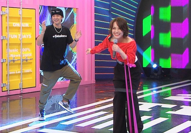戴愛玲挑戰「健身KTV」,羅志祥在一旁搞笑,讓她一度笑到唱不下去喊:不要吵。(八大提供)