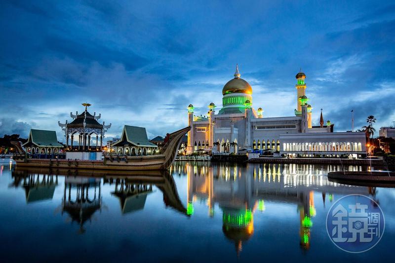 傍晚時分,倒映在人工湖上的「奧瑪阿里清真寺(Sultan Omar Ali Saifuddien Mosque)」,顯得格外莊嚴肅穆。