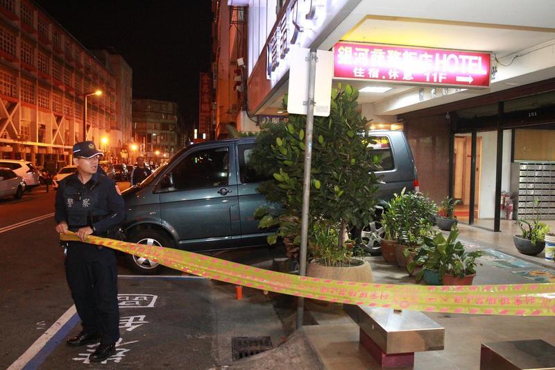 命案發生後,警方封鎖線場勘驗,最後確認是他殺。(翻攝畫面)
