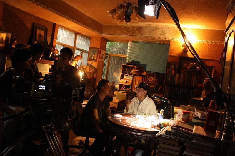 湯湘竹(中左)為了執導紀錄片《餘生—賽德克·巴萊》進行大量訪問。(果子電影提供)
