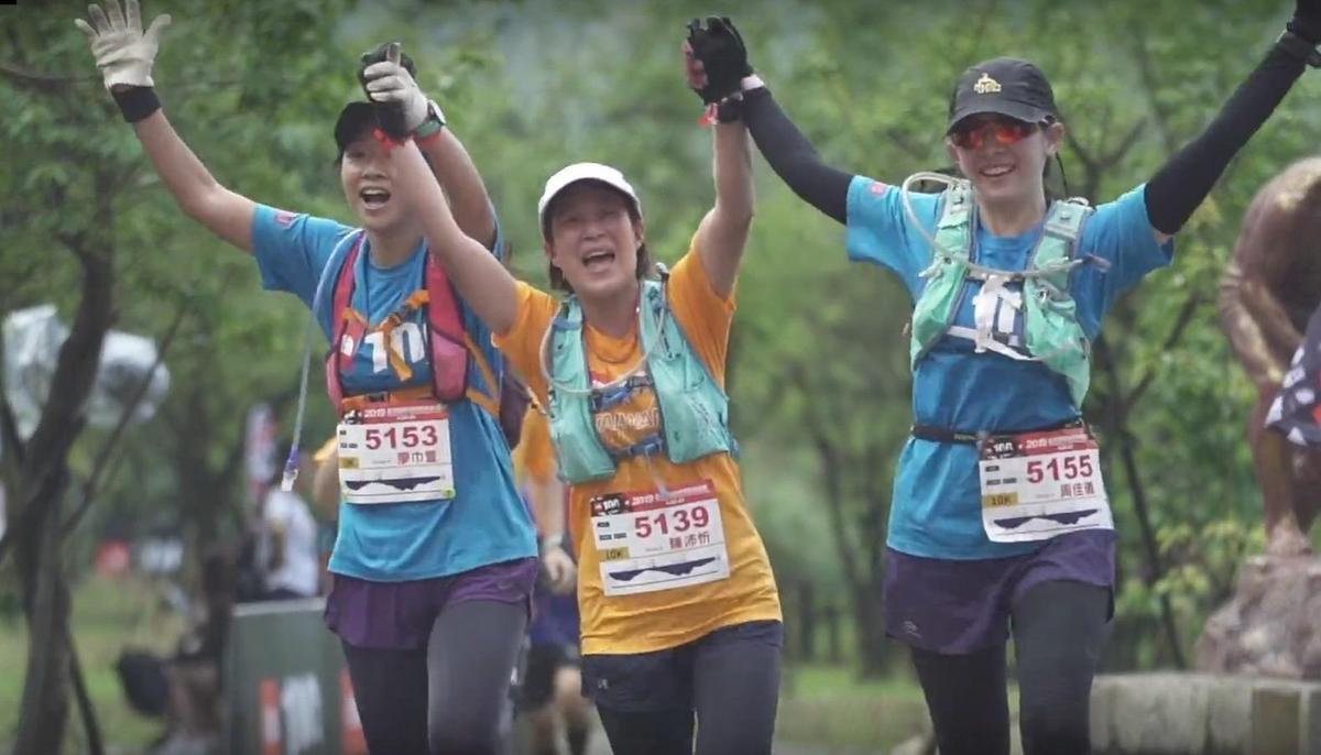 TNF100設計「健康/親子組6K」鼓勵大家邀約生命中最重要的人一起開啟「人生第一場越野跑」。(圖擷取自:2019 TNF100賽事回顧影片)