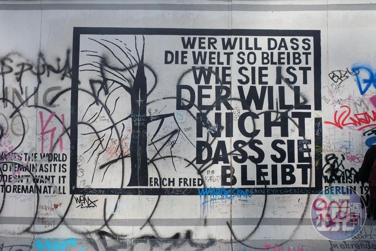 柏林圍牆倒塌時,柏林人在上面塗鴉,甚至拆下建材當成紀念品。(本刊資料照)