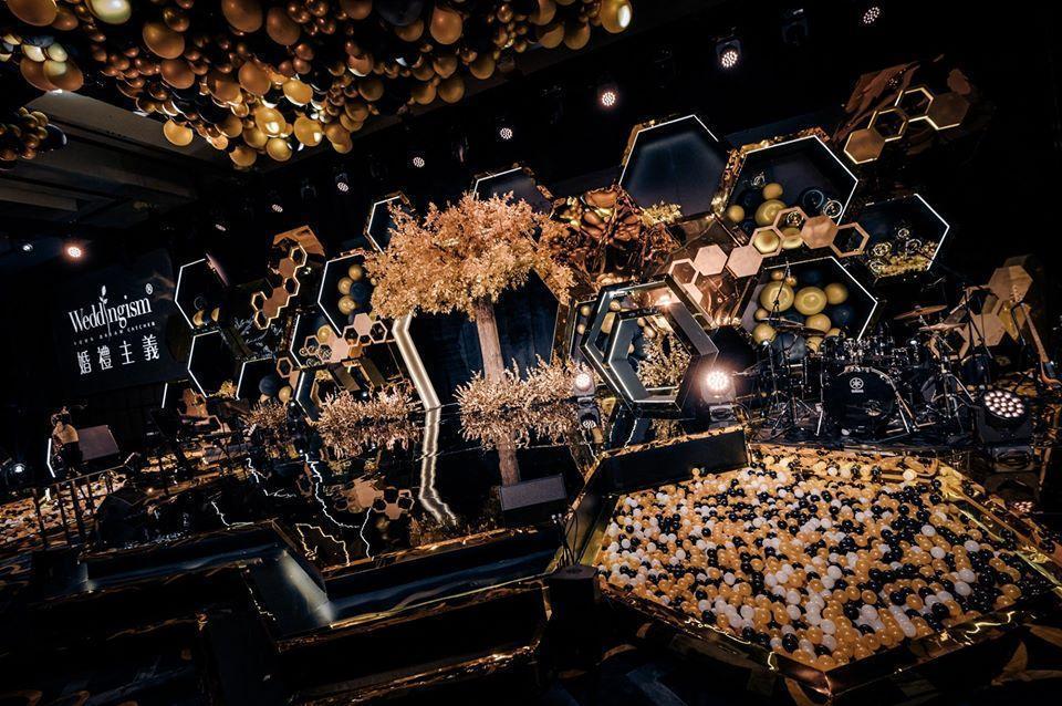 安以軒以六邊形蜂巢來設計會場,是代表每位來的親朋好友都是一家人,像蜂巢一樣緊密的結合在一起。(翻攝自安以軒臉書)