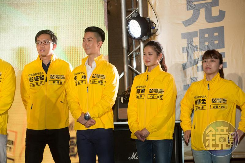 時代力量台北市議員林亮君(右二)與她的助理吳崢(右三)透過臉書貼出退黨申請書宣布退黨。(本刊資料照)