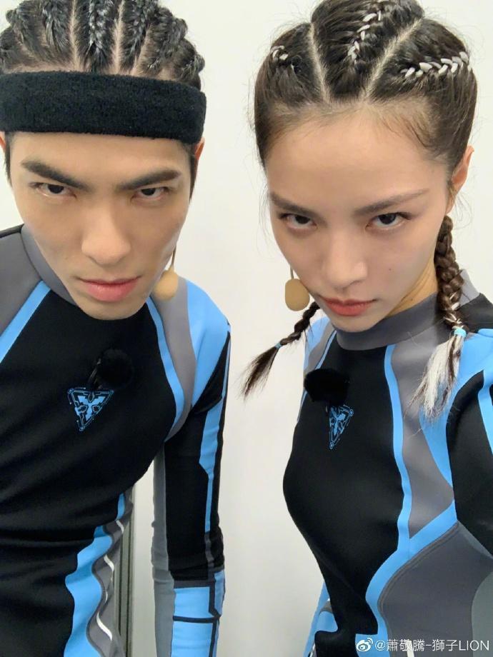 蕭敬騰在微博上貼出2張與「失散妹妹」的合照引發話題。(翻攝自微博)