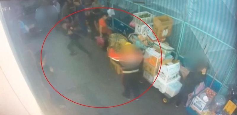 警勸不聽要沒入攤駕時,蘇翁竟拿鐮刀追砍,李員用辣椒水制止。(翻攝畫面)