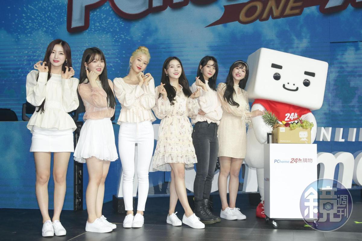 韓國女團OH MY GIRL與PCHOME公仔合影。