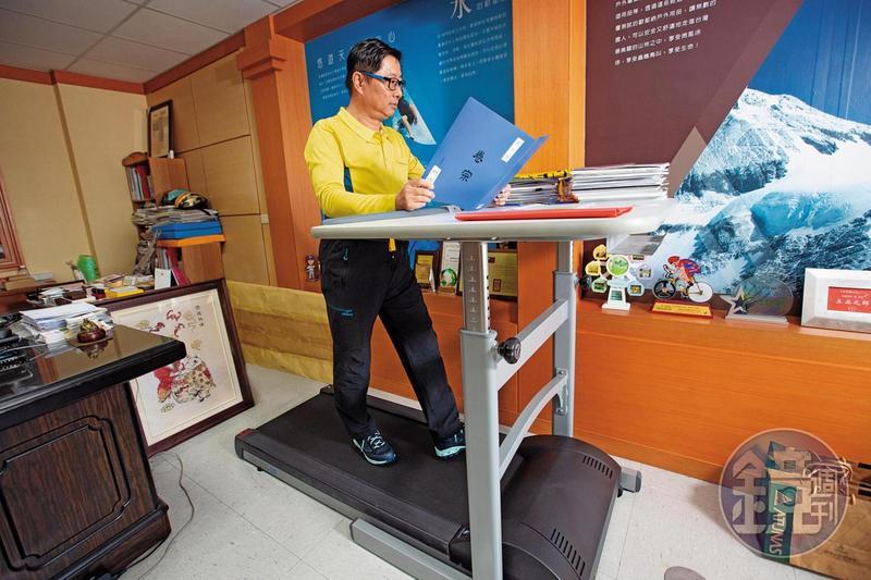 程鯤的辦公室擺了一台走路機,辦公桌坐久容易腰酸背痛,一邊慢走一邊看公文反而比較舒服。