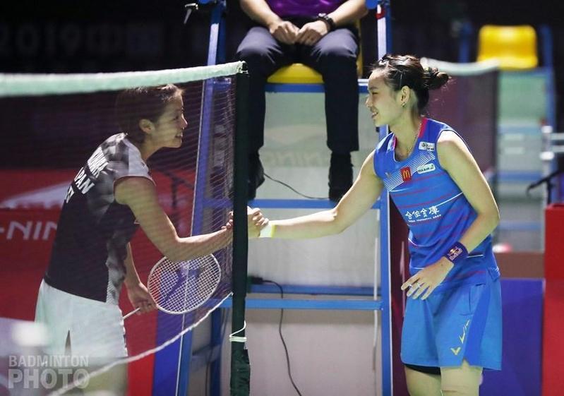戴資穎在準決賽因膝傷退賽,由好友日本女將奧原希望晉級決賽對決地主中國陳雨菲。(翻攝自戴資穎粉絲專頁、BADMINTON PHOTO)