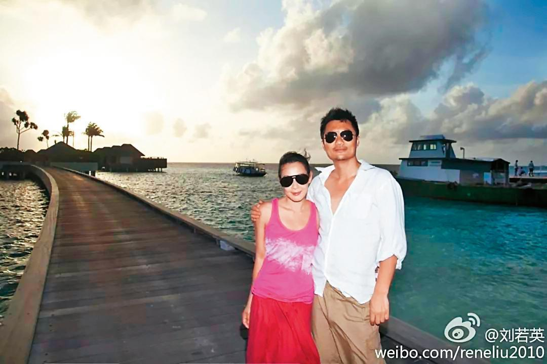 2011年劉若英閃嫁大陸富商鍾石(右),生下兒子後,近一年多幾乎成了全職家庭主婦。(翻攝自劉若英微博)
