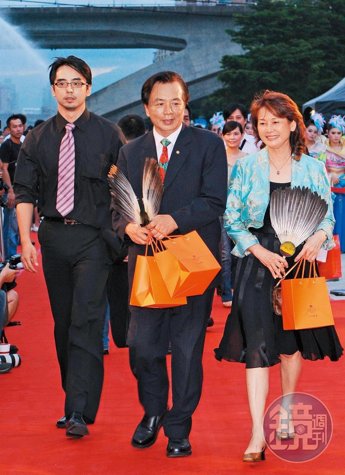 林志玲為了重回爸爸林繁男(中)的故鄉台南,特地選在當地舉辦婚宴。