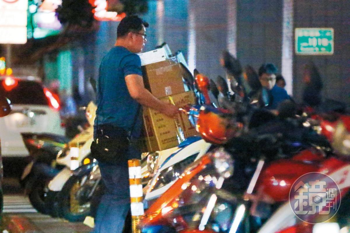 17:48 司機採買完先回林志玲家中,最後再把糕點和紙盒載去附近的「志玲姊姊慈善基金會」。
