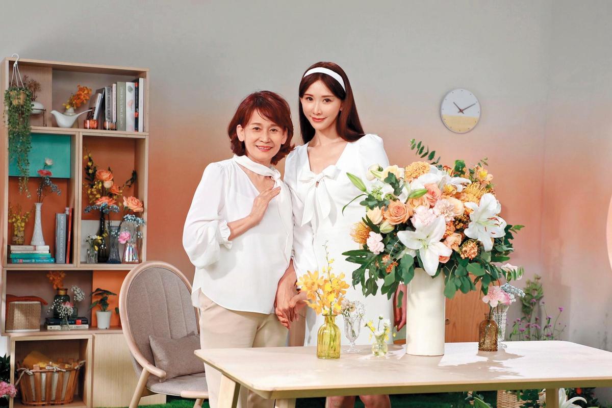 林志玲日前和媽媽吳慈美一同入鏡拍廣告,吳慈美看來身體恢復得不錯。(翻攝自林志玲臉書)