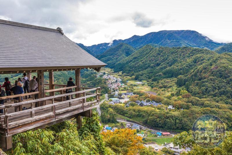 爬上山寺高處的「五大堂」,可俯瞰整座山谷與村落的秋日美景。