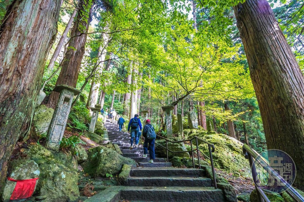 日本東北地區有名靈場「山寺」,各個內院錯落於山徑旁。
