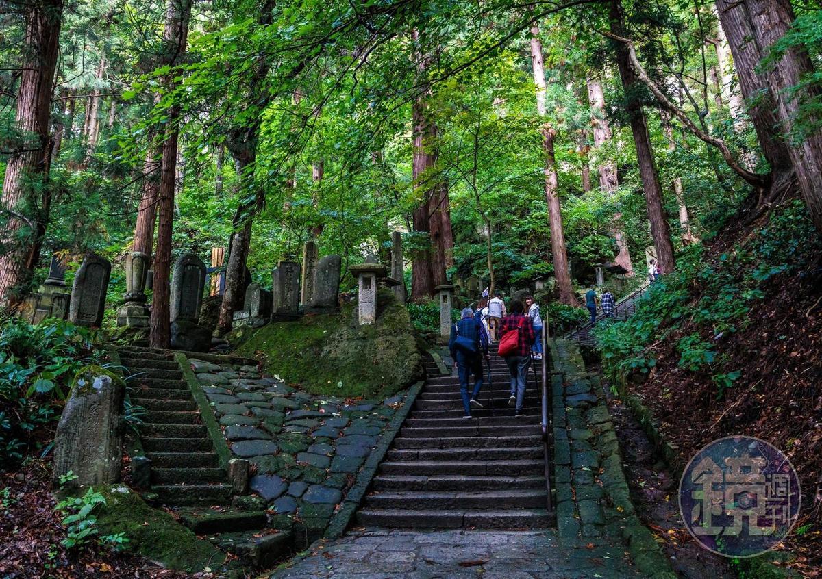整座山寺參道,依山勢修建1,000多個階梯,自古為修行者道路。