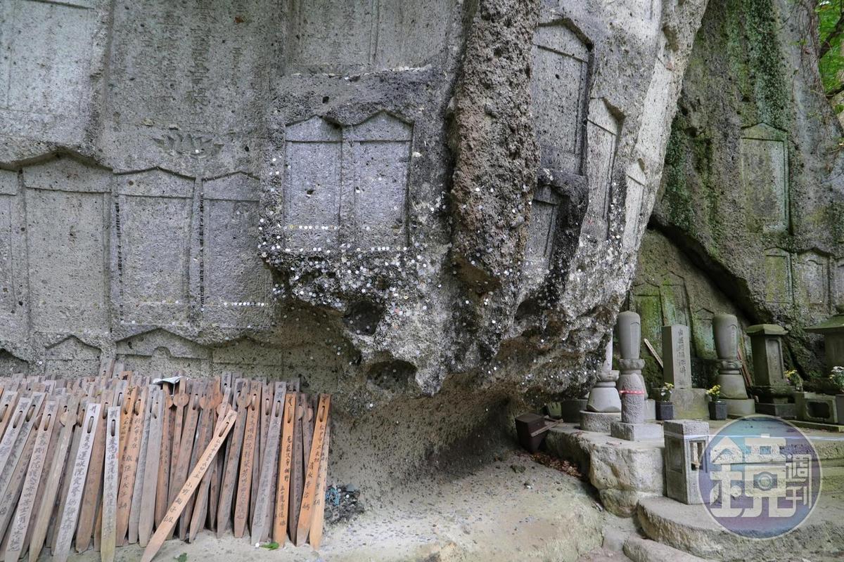 「彌陀洞」,據說因岩壁上有天然如來像而得名。