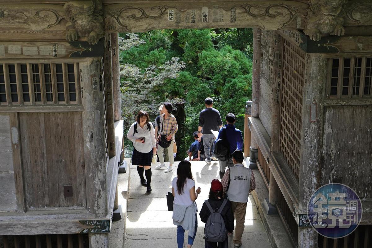 據說有邪念者無法通過山寺的「仁王門」。