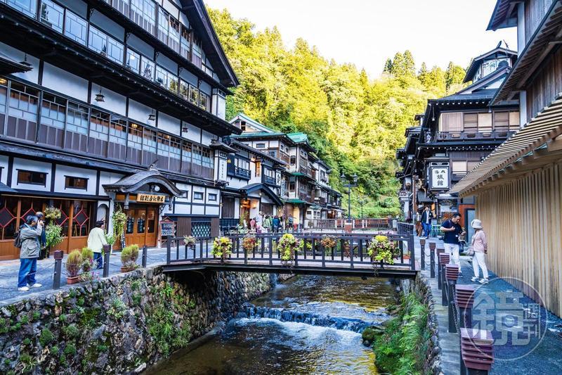 洋溢日本大正風情的「銀山溫泉」,溪谷兩旁古色古香的建築,近年吸引大批遊客造訪。