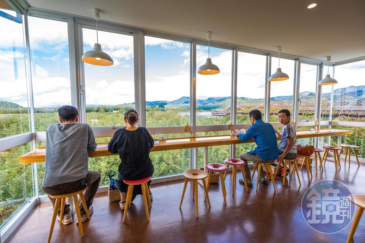 來到「王將果樹園」附設的咖啡館,二樓可欣賞整片果園風光。