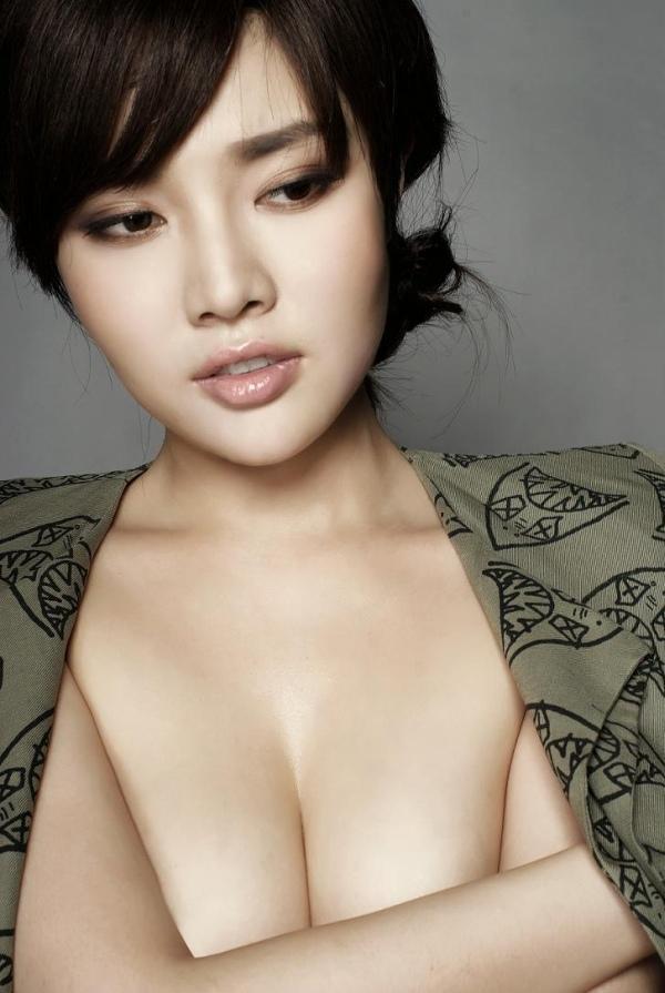 徐冬冬有「中國第一美胸」之稱,常在網路上曬辣照。 (翻攝微博)