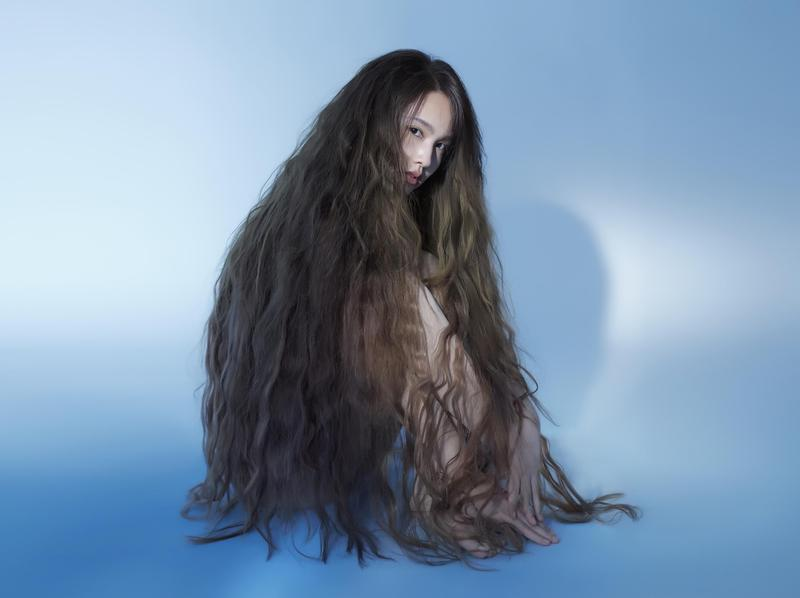 楊丞琳穿裸膚色緊身肉胎裝,用超長髮絲披蓋全身,展現透視感。(環球唱片提供)