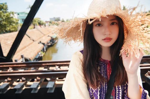 今田美櫻遠赴泰國取景拍攝寫真集,頭戴草帽青春洋溢。(翻攝自推特)
