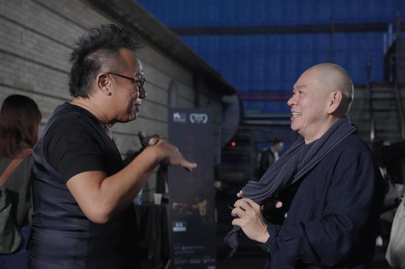 黃大煒(左)與導演蔡明亮大談體驗VR感受。(HTC提供)
