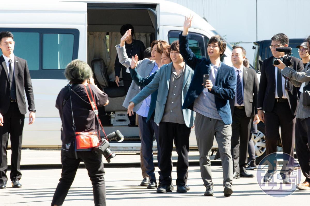 由松本潤為首,嵐成員在離台前與送機粉絲互動。