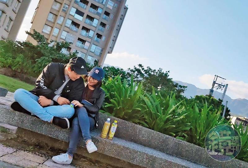 11/09 15:44學姐與新男友愛得濃烈,本刊直擊,2人在頭城海濱散步約會,並窩在一起看海築愛。