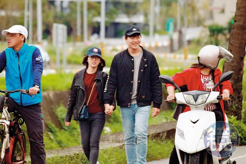 11/09 14:16來到宜蘭約會的學姐與劉男,拋開旁人眼光,儘管人車來往,仍大方牽手煲愛。