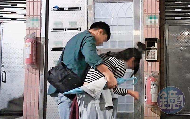 10/31 23:57本刊直擊,劉男仍與同是電視台記者的前女友同居,前女友這晚喝得爛醉回劉家,還需靠人攙扶。
