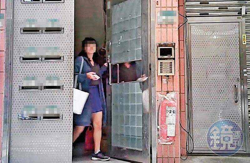 11/01 07:29疑似被劈腿的劉男前女友前夜剛醉倒在劉家大門,隔天一早就出門採訪,而採訪對象正是與劉男熱戀ing的學姐。當事人已經變裝處理。