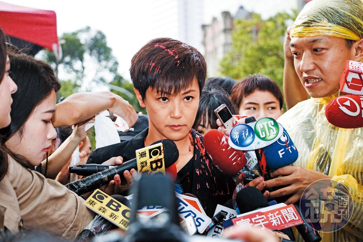 藝人何韻詩參加929台港大遊行時,遭統促黨人士從後方突襲潑紅漆。