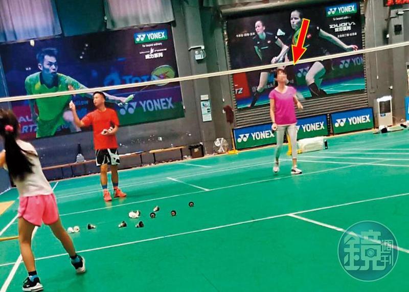 讀者目擊張劭緯赴上海後,常和小孩同學的家長(箭頭處)打羽球,中場休息時,兩人也黏在一起。(讀者提供)