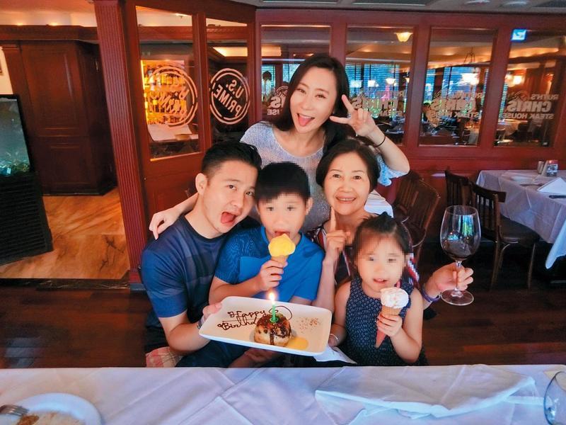 張劭緯(左一)大多聽從母親張秀琬(中排右一)的命令行事,他今年5月帶小孩到上海生活,也是母親指使。(讀者提供)