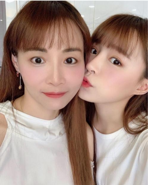 元元(右)與元媽(左)感情甚篤,網友形容母女倆看起來像雙胞胎。(翻攝自元元IG)