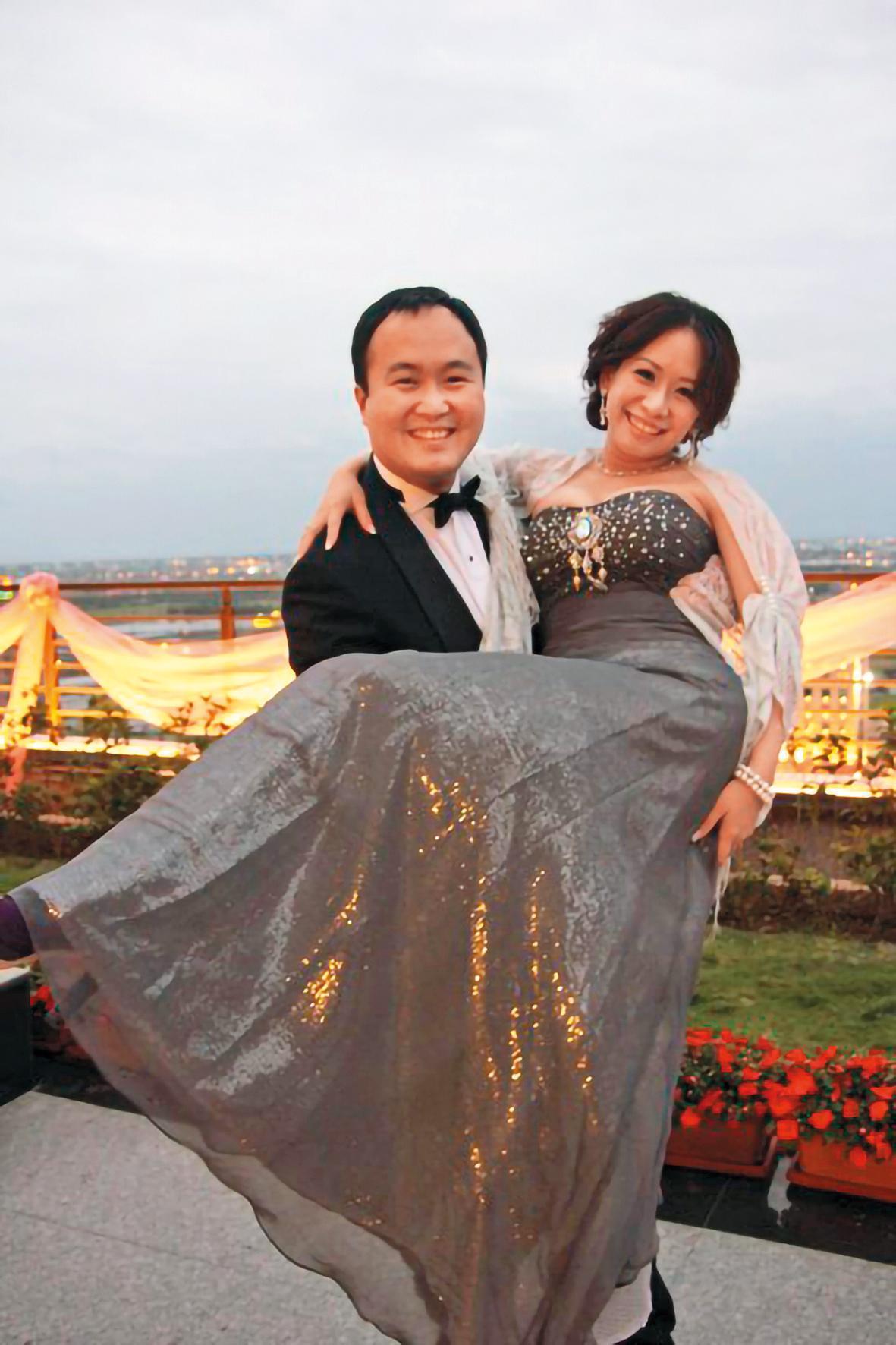 元祖食品大少東張乙濤(左)與藍婉綺(右)於2006年結婚、育有3名子女,但台北地院已於2016年3月間判准雙方離婚。(翻攝自張乙濤臉書)