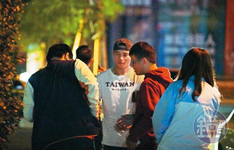 11/8 02:37 隔天深夜,林凱威(右3)出現在夜店外,遇到球迷要簽名來者不拒。