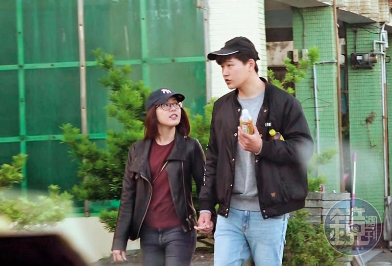 11月9日15:13,逃離鎂光燈焦點的台北,黃瀞瑩一臉素顏加上黑框眼鏡,與新歡男記者十指緊扣在頭城大街曬愛。