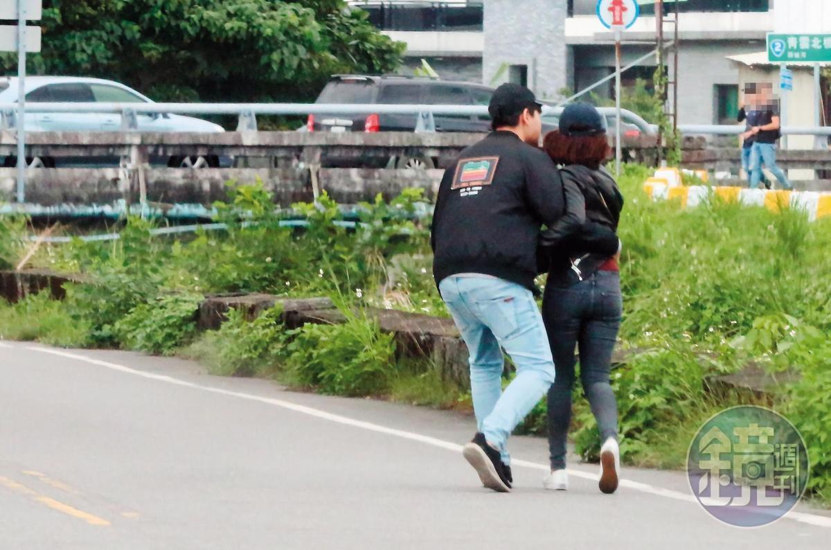 11月9日14:14,頭城大坑路儼然是「學姐浪漫大道」,本刊直擊,學姐與劉男在短短不到1公里的筆直大路上,2度激愛擁吻。